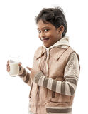Den lyckliga pojken med mjölkar Arkivbilder