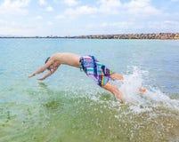 Den lyckliga pojken tycker om att surfa royaltyfri fotografi