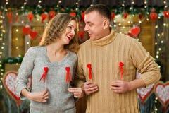 Den lyckliga pojkvännen och flickvännen firar dag för valentin` s Arkivfoto