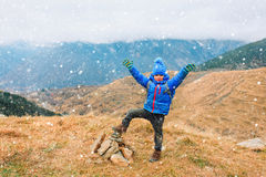 Den lyckliga pysen tycker om att fotvandra i vinterberg arkivfoton