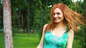Den lyckliga röda haired flickan med våt hår och kläder firar Holi färgferie stock video