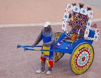 Den lyckliga rickshawchauffören poserar Arkivfoton