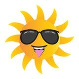 Den lyckliga roliga tecknad filmsolen som ler med solglasögon, isolerade vektorillustrationen på vit bakgrund Arkivfoton