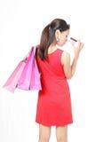 Den lyckliga shoppingkvinnan tar kreditkorten Royaltyfri Bild