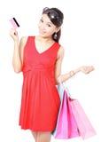 Den lyckliga shoppingkvinnan tar kreditkorten och påsen Royaltyfri Foto