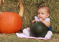 Den lyckliga skörden behandla som ett barn flickan Royaltyfri Bild