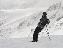 Den lyckliga skidåkaren tycker om en mycket bra dag på berget Arkivfoton