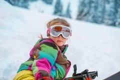 Den lyckliga skidåkaren skidar in skyddsglasögon Fotografering för Bildbyråer