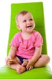 Den lyckliga ståenden behandla som ett barn Royaltyfri Foto