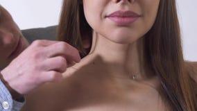 Den lyckliga stiliga mannen satte halsbandaruondkvinnans härliga hals