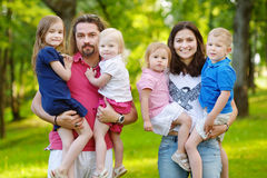 Den lyckliga stora familjen av sex på sommar parkerar Royaltyfria Foton