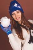 Den lyckliga tonåriga flickan med kastar snöboll arkivbilder