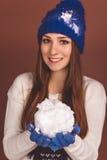 Den lyckliga tonåriga flickan med kastar snöboll arkivbild