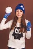 Den lyckliga tonåriga flickan med kastar snöboll royaltyfri bild
