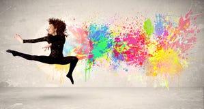 Den lyckliga tonåringbanhoppningen med färgrikt färgpulver stänker på stads- backg Royaltyfria Bilder