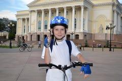 Den lyckliga tonåringen med cykeln nära den Tyumen dramateatern. Arkivbild