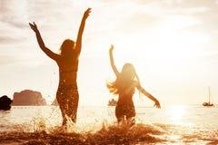 Den lyckliga tropiska stranden semestrar solnedgång arkivfoto