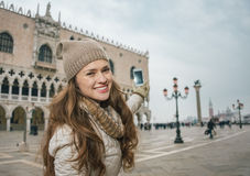 Den lyckliga turisten för den unga kvinnan som tar foto på St-fläckar, kvadrerar Royaltyfria Bilder