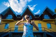 Den lyckliga unga affärskvinnan i solglasögon köpte ett stort hem för hennes familj Royaltyfria Bilder
