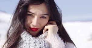 Den lyckliga unga asiatiska flickan tycker om snöig vinter arkivfilmer