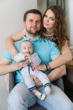Den lyckliga unga attraktiva familjen med behandla som ett barn Royaltyfri Foto