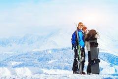 den lyckliga unga familjen på skidar ferier Arkivfoto