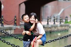 Den lyckliga unga härliga modern med behandla som ett barn på den utomhus- naturen Royaltyfri Bild