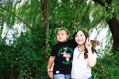 Den lyckliga unga härliga modern med behandla som ett barn på den utomhus- naturen Royaltyfri Fotografi