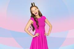 Den lyckliga unga kvinnan eller den tonåriga flickan i rosa färger klär Fotografering för Bildbyråer