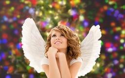 Den lyckliga unga kvinnan eller den tonåriga flickan med ängel påskyndar arkivbilder