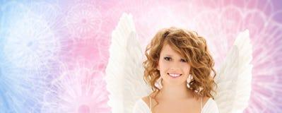 Den lyckliga unga kvinnan eller den tonåriga flickan med ängel påskyndar royaltyfri fotografi