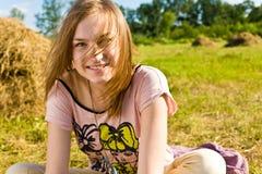 Den lyckliga unga kvinnan har gyckel royaltyfria foton