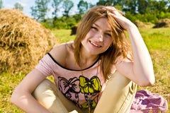 Den lyckliga unga kvinnan har gyckel arkivbild