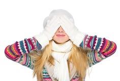 Den lyckliga unga kvinnan i vinter beklär bokslutögon Arkivbild