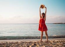 Den lyckliga unga kvinnan jublar på sommarsemestern royaltyfria bilder