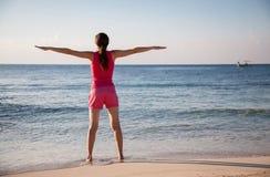 Den lyckliga unga kvinnan jublar på sommarsemestern arkivfoton