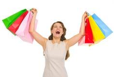 Den lyckliga unga kvinnan med shopping hänger lös Arkivbilder