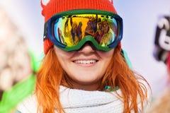 Den lyckliga unga kvinnan skidar in maskeringen med reflexion Fotografering för Bildbyråer