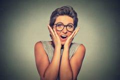 Den lyckliga unga kvinnan som ser upphetsad förvånad oavkortad misstro är det, mig? arkivfoton