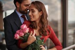 Den lyckliga unga mannen och kvinnan har det utomhus- romantiska mötet royaltyfri foto