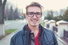 Den lyckliga unga mannen outwear in på gatan royaltyfri fotografi