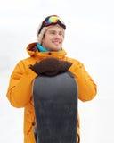 Den lyckliga unga mannen skidar in skyddsglasögon utomhus Fotografering för Bildbyråer