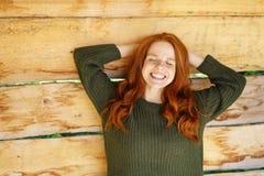 Den lyckliga unga rödhårig mankvinnan med ett ostliknande grinar arkivbilder