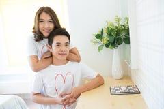 Den lyckliga unga vuxen människa kopplar ihop royaltyfria bilder