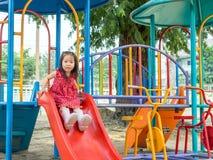 Den lyckliga ungen, asiat behandla som ett barn att spela för barn Fotografering för Bildbyråer