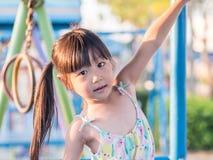 Den lyckliga ungen, asiat behandla som ett barn att spela för barn Royaltyfria Bilder