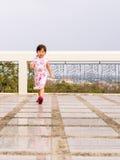 Den lyckliga ungen, asiat behandla som ett barn barnet som går runt om handling Arkivbild