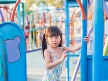 Den lyckliga ungen, asiat behandla som ett barn barnet som spelar på lekplats royaltyfria bilder