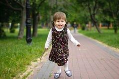 Den lyckliga ungen har gyckel i natur Royaltyfri Fotografi