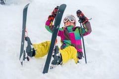 Den lyckliga ungen med skidar Royaltyfri Foto